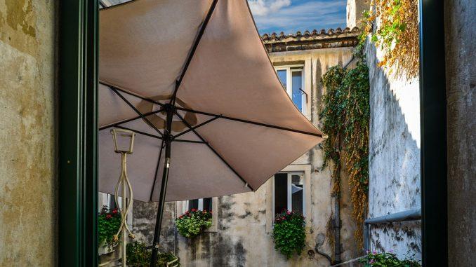 чадър на балкона